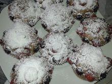 Ciemne babeczki z truskawkami i borówkami