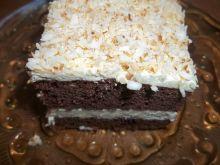 Ciemne ciasto z kremem i wiórkami