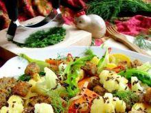 Ciepła sałatka warzywna z grzankami