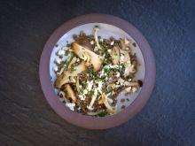 Ciepła sałatka z grzybami, soczewicą i fetą