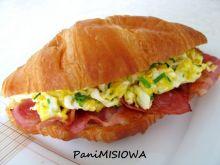 Croissant śniadaniowy jajko bekon