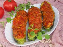 Cukinia faszerowana kurczakiem i pomidorami