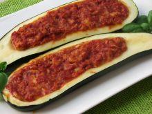 Cukinia faszerowana mięsem mielonym i pomidorami