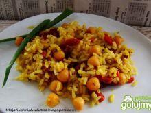Curry z cieciorką i owocami goji