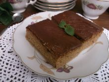 Cynamonowo-śmietankowe ciasto z polewą czekoladową