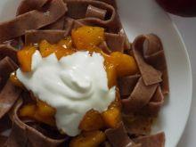 Cynamonowy makaron z nektarynką