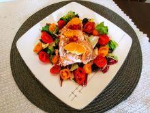 Cytrusowy pstrąg łososiowy na kolorowej sałatce
