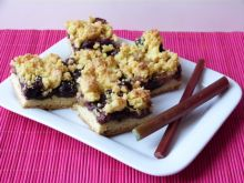 Cytrynowe ciasto z rabarbarem i śliwkami