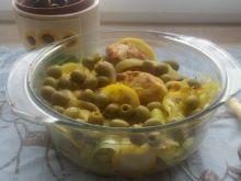 Cytrynowy kurczak z zielonymi oliwkami i cebulą