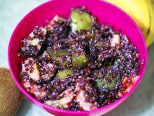 Czarna komosa na słodko z owocami