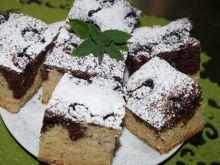 Czarno-białe ciasto z jeżynami
