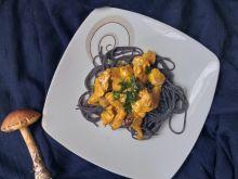 Czarny makaron z kurczakiem i grzybami
