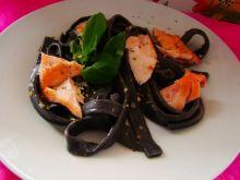Czarny makron z łososiem i solą ziołową