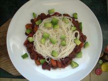Czekoladowe chilli z makaronem ryżowym i awokado
