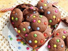 Czekoladowe ciasteczka z kolorowymi drażetkami