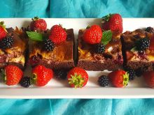 Czekoladowe ciasto z owocami i serem