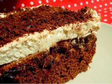 Czekoladowe ciasto z suszonymi śliwkami i kremem