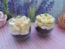 Czekoladowy makaron z owocami