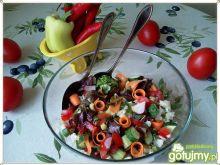 Czerwona sałata z kalafiorem i dodatkami