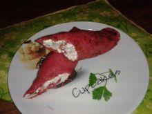 Czerwone naleśniki z serem i wędzoną makrelą