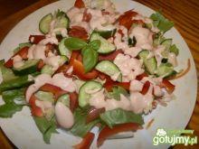 Czerwono-zielona sałatka z sosem jogurt.