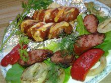 Czosnkowa kiełbasa grillowana nadziana mozzarellą