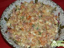 Czosnkowa sałatka z salami