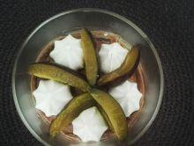 Deser czekoladowy ze śliwkami i bezikami