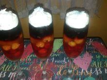 Deser galaretkowy z owocami i bitą śmietaną