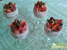 Deser jogurtowo-truskawkowy z czekoladą