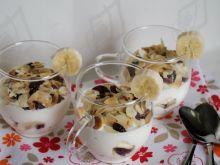 Deser jogurtowy z bananem, żurawiną i migdałami