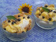 Deser lodowy z kruszonką i jagodami