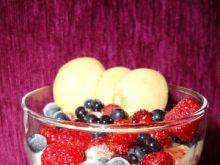 Deser lodowy z owocami leśnymi