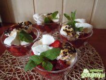 Deser lodowy z truskawkami i bezami