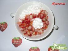 Deser lodowy z truskawkową polewą