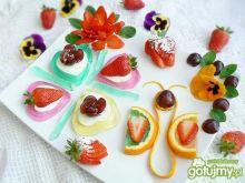 Deser na łące z kwiatami i motylem