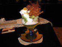 Deser owocowy z dekoracją z karmelu