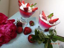 Deser tęczowy z truskawkami