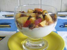 Deser waniliowy z nektarynką i płatkami