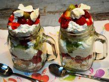 Deser z bezami i owocami