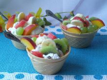 Deser z bitą śmietaną, owocami i nalewką