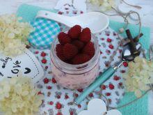 Deser z kruszonką, malinami i jogurtem naturalnym