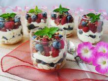 Deser z owocami i czekoladową bitą śmietaną