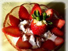 Deser z truskawkami i bezą w piance.