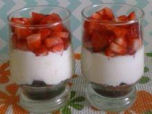 Deser z truskawkami i ciastkami oreo