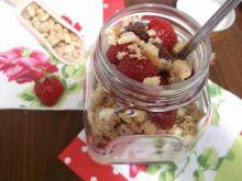 Deser z truskawkami, musli i jogurtem w słoiku