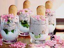 Deser ze śmietaną, kiwi i wiórkami truskawkowymi