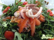 Dietetyczna sałatka z owoców morza.