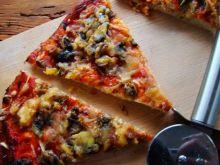 Domowa pizza na cieście z ziołami