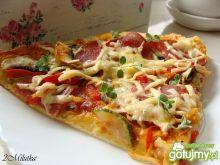Domowa pizza z cukinią i salami